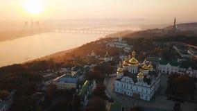 Kiev Pechersk Lavra Ukraine Luchthommel videolengte Mening aan ruiter Dnipro en het Monument van het Vaderland Mist en stock footage