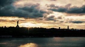 Kiev Pechersk Lavra y timelapse de las nubes de la puesta del sol metrajes