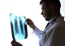 Kiev region, Ukraina - Oktober 12 2016: Dr terapeut i ett kontor som ser röntgenstrålen de tålmodiga lungorna för ` s Arkivfoto