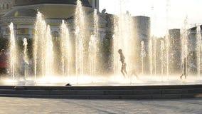 KIEV - SEPTEMBER 10: Kontur av en ung lycklig flicka i springbrunnen på September 10, 2016 i Kiev arkivfilmer