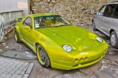 Kiev, 14 settembre 2010; Rapace di Porsche 928 nel verde fertile fotografia stock libera da diritti
