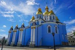 Kiev St Michael guld- kupolformig klosterkyrka tillbaka royaltyfri fotografi