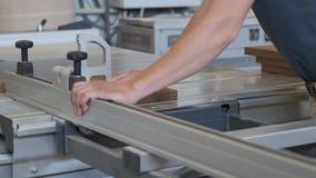 Kiev UA, 30-05-2019 Carpintero de sexo masculino que trabaja en la máquina circular en taller, trabajador que corta el tablón de  almacen de metraje de vídeo