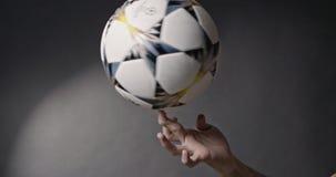 Kiev, Ucrânia - 30, abril: a mão do ` s do homem trava uma bola de futebol final de giro da liga dos campeões de Adidas 2018 do o vídeos de arquivo
