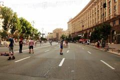 Kiev, Ucrânia Crianças que jogam n a rua Khreshchatyk no fim de semana Fotografia de Stock