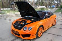 Kiev, Ucrânia; 20 de abril de 2015 Bentley Continental GT Mansory Carro de Bentley com uma capa aberta Motor de Bentley imagem de stock