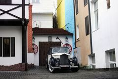 Kiev, Ucrânia; 10 de abril de 2014 Carros velhos no fundo das construções velhas no estilo inglês imagens de stock royalty free