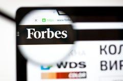 Kiev, Ucrânia - 5 de abril de 2019: Homepage do Web site de Forbes ? uma revista de neg?cios americana forbes logotipo de COM vis fotografia de stock