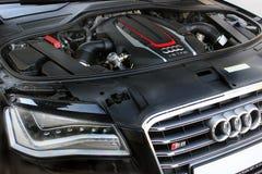 Kiev, Ucrânia; 10 de abril de 2014 Motor e logotipo Audi S8 imagem de stock royalty free