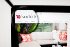 Kiev, Ucrânia - 6 de abril de 2019: O Web site de estoca em excesso com Overstock ? um varejista americano do Internet dos bens h imagem de stock royalty free