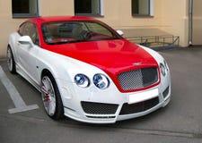 Kiev, Ucrânia - 11 de abril de 2011; Vermelho de Bentley Continental GT Speed e branco bicolores imagens de stock royalty free