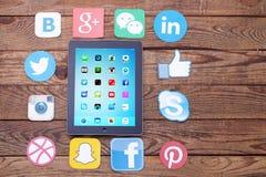 KIEV, UCRÂNIA - 22 DE AGOSTO DE 2015: Ícones sociais famosos dos meios como: Facebook, Twitter, Blogger, Linkedin, Google mais, I Fotos de Stock Royalty Free