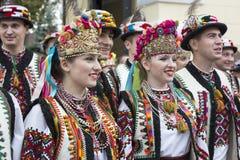 Kiev, Ucrânia - 24 de agosto de 2013 celebração do Dia da Independência, dos homens e das mulheres na roupa étnica Imagens de Stock Royalty Free