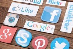 KIEV, UCRÂNIA - 22 DE AGOSTO DE 2015: A coleção de logotipos sociais populares dos meios imprimiu no papel: Facebook, Twitter, Go Imagens de Stock Royalty Free