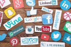 KIEV, UCRÂNIA - 22 DE AGOSTO DE 2015: A coleção de logotipos sociais populares dos meios imprimiu no papel: Facebook, Twitter, Go Fotografia de Stock