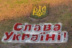 Kiev, Ucrânia - 14 de agosto de 2015: Emblema de Ucrânia e do ` patriótico de Glory Ukraine do ` do slogan Fotografia de Stock