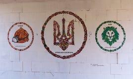 Kiev, Ucrânia - 30 de agosto de 2015: Grafittis em uma parede na transição dos símbolos nacionais Fotos de Stock