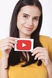 KIEV, UCRÂNIA - 22 de agosto de 2016: A mulher entrega guardar de papel com o ícone do logotype de YouTube impresso no papel YouT Imagens de Stock Royalty Free