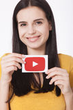 KIEV, UCRÂNIA - 22 de agosto de 2016: A mulher entrega guardar de papel com o ícone do logotype de YouTube impresso no papel YouT Foto de Stock
