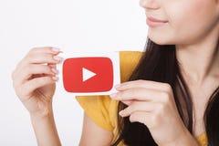 KIEV, UCRÂNIA - 22 de agosto de 2016: A mulher entrega guardar de papel com o ícone do logotype de YouTube impresso no papel YouT Imagem de Stock Royalty Free