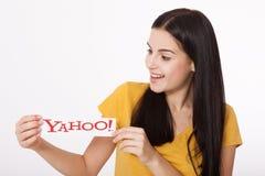 Kiev, Ucrânia - 22 de agosto de 2016: A mulher entrega guardar o logotipo dos ícones de Yahoo do tipo impressos no papel no cinza Imagem de Stock