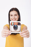KIEV, UCRÂNIA - 22 DE AGOSTO DE 2016: A mulher entrega guardar o papel impresso ícone da câmera do logotype de Instagram É um mób Fotografia de Stock