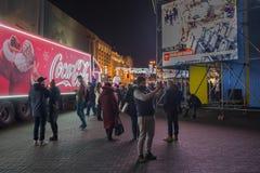 Kiev, Ucrânia - 16 de dezembro de 2017: Campanha de publicidade da empresa de Coca-Cola no quadrado da independência Imagens de Stock