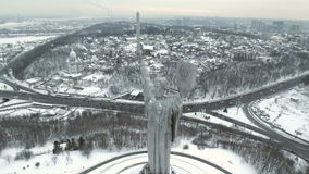KIEV, UCRÂNIA 30 de dezembro de 2016: Vista aérea Monumento da segunda guerra mundial Opinião aérea da cidade A câmera voa em tor video estoque