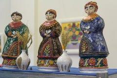Kiev, Ucrânia - 25 de fevereiro b 2018: Figuras cerâmicas das mulheres na roupa étnica na exposição Foto de Stock