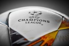 Kiev, Ucrânia - 22 de fevereiro de 2018: Bola oficial Adidas com símbolos ucranianos para o final da liga dos campeões Imagem de Stock