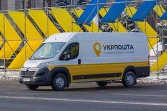 Kiev, Ucrânia - 25 de fevereiro de 2018: Entrega nova do carro do correio ucraniano Imagem de Stock