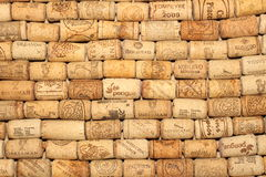 KIEV, UCRÂNIA - 18 DE FEVEREIRO: O vinho arrolha o fundo editorial com gotas do vinho o 18 de fevereiro de 2017 em Kiev, Ucrânia Imagens de Stock