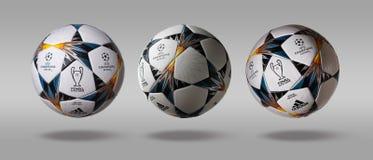 Kiev, Ucrânia - 22 de fevereiro de 2018: Volta três a bola oficial lateral da liga de campeões de UEFA de Adidas em um fundo cinz fotografia de stock