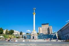 KIEV, UCRÂNIA - 30 DE JULHO DE 2016: Monumento da independência no quadrado de Maidan Nezalezhnosti em Kiev, Ucrânia fotos de stock