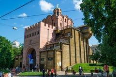 Kiev, Ucrânia - 30 de julho de 2016: Porta dourada em Kiev, Ucrânia imagens de stock royalty free