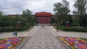 KIEV, UCRÂNIA - 6 DE JULHO DE 2017: Universidade de Shevchenko de vistas do parque de Taras Shevchenko filme