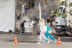 Kiev, Ucrânia - 15 de julho de 2017 fora plateau de filmagem Cena da produção do cinema na rua da cidade Realização real cândido Imagens de Stock