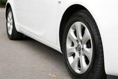 Kiev, Ucr?nia - 2 de julho de 2018: Opel Insignia branco, vista do carro da parte inferior As rodas de carro fecham-se acima em u imagens de stock