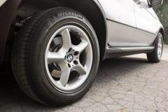 Kiev, Ucr?nia - 27 de julho de 2018: Pe?a do carro cinzento BMW X5 As rodas de carro fecham-se acima em um fundo do asfalto fotografia de stock royalty free