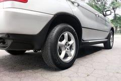 Kiev, Ucr?nia - 27 de julho de 2018: Pe?a do carro cinzento BMW X5 As rodas de carro fecham-se acima em um fundo do asfalto imagens de stock