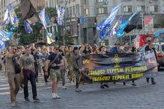 Kiev, Ucrânia - 7 de julho de 2017: Procissão dos representantes de partidos nacionalistas ao longo da rua de Khreshchatyk Foto de Stock Royalty Free