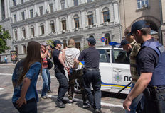 Kiev, Ucrânia - 12 de junho de 2016: Os agentes da polícia detêm participantes da juventude dos grupos radicais Fotografia de Stock Royalty Free