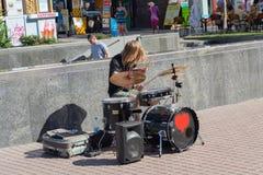 Kiev, Ucrânia - 18 de junho de 2017: O baterista da rua joga um instrumento de percussão na rua Khreshchatyk Fotos de Stock Royalty Free