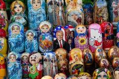 Kiev, Ucrânia - 12 de maio de 2018: Bonecas aninhadas com os caráteres diferentes que incluem o presidente Donald Trump imagem de stock royalty free