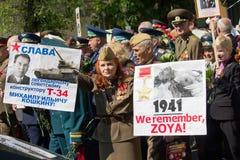 Kiev, Ucrânia - 9 de maio de 2016: Veteranos no março em honra do aniversário da vitória na segunda guerra mundial Fotos de Stock Royalty Free