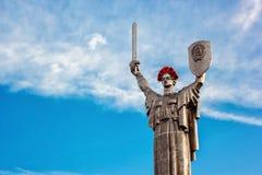 KIEV, UCRÂNIA - 9 DE MAIO: O monumento da pátria igualmente conhecido como Rodina-Mat, decorado com a grinalda vermelha da flor d Imagens de Stock