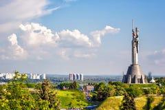 KIEV, UCRÂNIA - 9 DE MAIO: O monumento da pátria igualmente conhecido como Rodina-Mat, decorado com a grinalda vermelha da flor d Fotografia de Stock Royalty Free