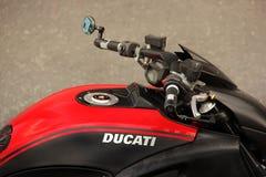 Kiev, Ucrânia - 3 de maio de 2019: Peça de uma motocicleta de Ducati na cidade imagens de stock royalty free