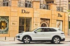 Kiev, Ucr?nia - 3 de maio de 2019: Porsche Cayenne branco perto da loja de roupa fotos de stock