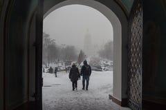Kiev, Ucrânia - 4 de março de 2018: Vista da cidade nevado das portas do monastério do ` s de St Michael fotografia de stock royalty free